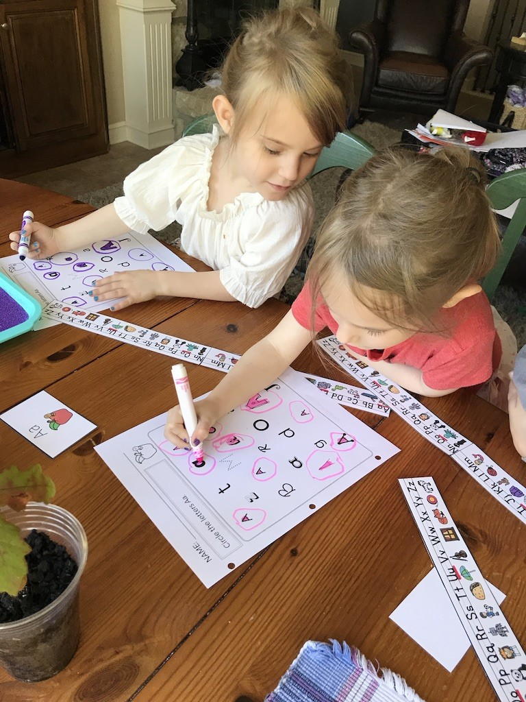 Preschoolers using Ready for Reading.